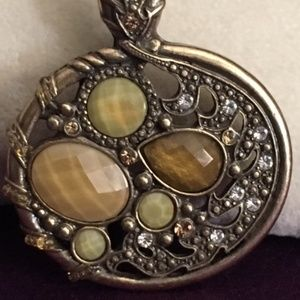 Jewelry - Vintage oval gold/bronze-toned pendant with stones